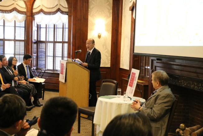 高雄市長韓國瑜美東時間11日下午,在哈佛大學教授俱樂部發表演說,講稿主題為「接地氣的力量」。圖/高雄市政府提供