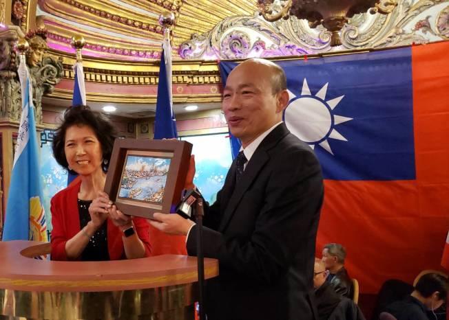 是韓國瑜贈送禮物給波士頓餐會主辦人馬滌凡。記者唐嘉麗/攝影