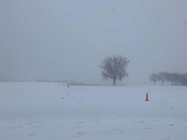 明州西南部連續兩天風雪,能見度低。(周東發提供)