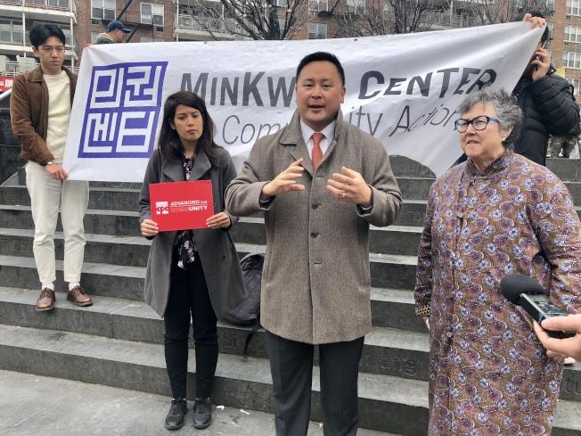 金兌錫(中)、Susan Lerner(右)和華人策畫協會政策與倡導主任Amy Torres(左)呼籲紐約市採用「優先選擇投票」方式。(記者朱蕾/攝影)