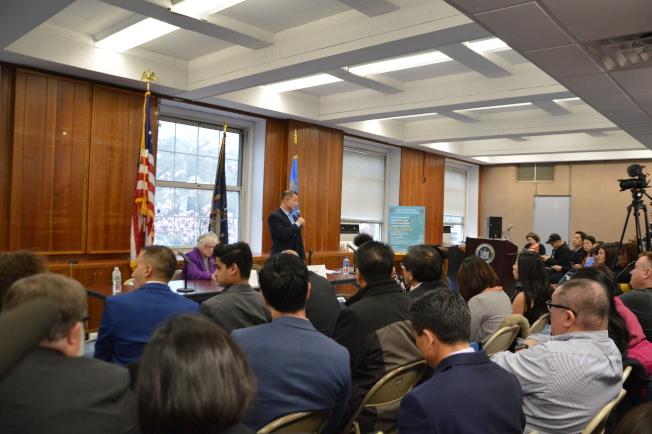 百名華裔和外族裔家長在「校園多元化及特殊高中錄取方式」論壇發聲反對廢除SHSAT。(記者牟蘭/攝影)