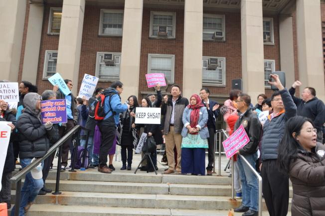 百名華裔和外族裔家長及社團組織11日在「校園多元化及特殊高中錄取方式」論壇前反對廢除SHSAT。(記者牟蘭/攝影)