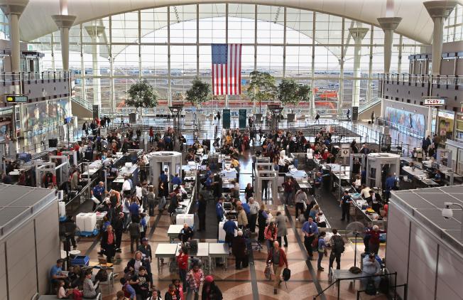 丹佛国际机场在「Skytrax」年度机场评选中排名第32,是排名最高的美国机场。图为旅客在该机场接受安检。(Getty Images)