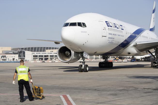 以色列航空公司一名在紐約飛往特拉維夫的航班上值勤的空姐,因病情嚴重而住院治療。圖為一架以航班機降落在特拉維夫機場。(Getty Images)