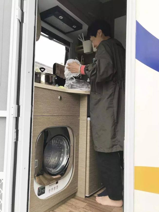 露營車麻雀雖小、五臟俱全,裡面還有小廚房和洗衣機。(取材自錢江晚報)
