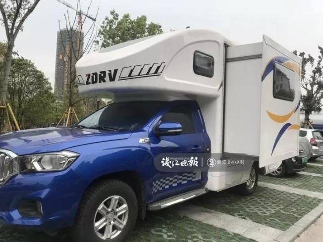 溫州一名男子,為就近照顧女兒,買了一輛露營車直接停在學校對面停車場。(取材自錢江晚報)