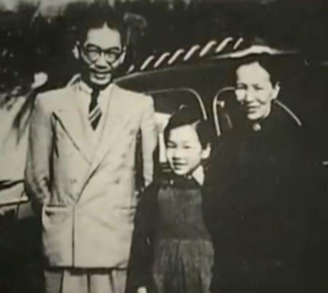 吳青幼時和父母合影。(取材自微博)