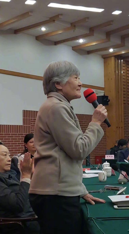 一提到吳青,許多人就會想到電台裡教英語的那個吳老師。(取材自微博)