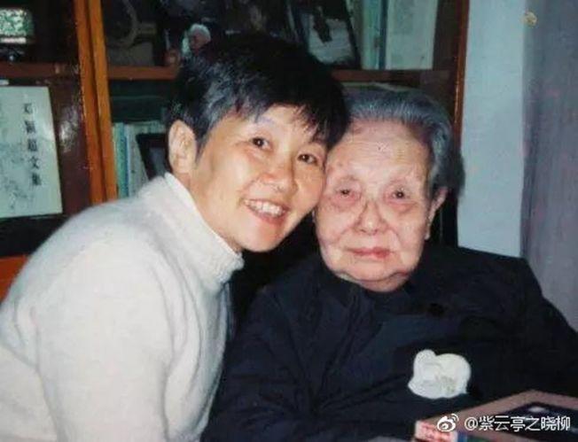 吴青(左)难忘母亲冰心对她的启发。(取材自微博)