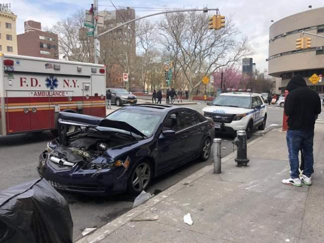 曼哈頓大橋華埠橋頭再發生車禍,車毀兩傷。(記者張晨/攝影)