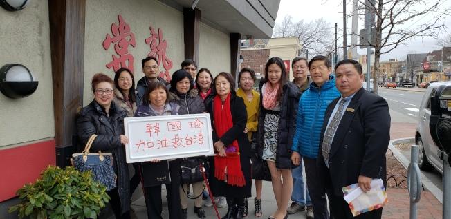 12日清早,許多粉絲在常熟餐館前迎候韓國瑜。(記者唐嘉麗/攝影)