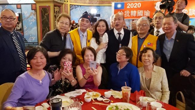 韓國瑜在波士頓僑宴中與各桌僑胞合影。(記者唐嘉麗/攝影)