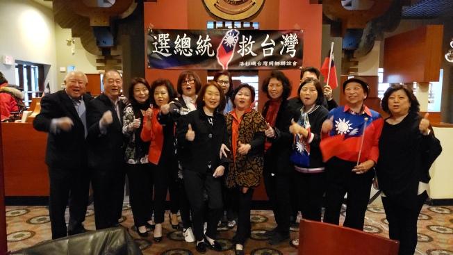 華府等外埠韓粉12日一早在劍橋常熟餐廳前等待韓國瑜到來。(記者唐嘉麗/攝影)