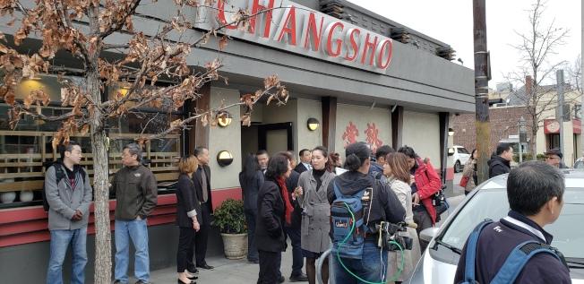 大批記、粉絲在餐廳外等候韓國瑜。(記者唐嘉麗/攝影)