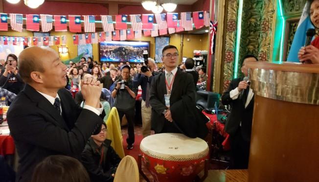 馬滌凡( 右)宣布捐贈1萬元給高雄市推動雙語教育,韓國瑜起身致謝。(記者唐嘉麗/攝影)