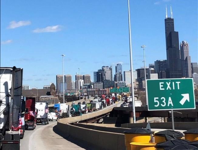 10多輛卡車12日下午「緩行」進入芝加哥市。(Midwest Unrest推特截圖)