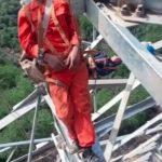 吊50米高電塔呼呼大睡… 中國工人把網友嚇到腿軟