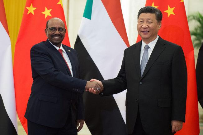 巴席爾(左)任內多次訪問過中國。圖為2018年9月,巴席爾到北京參加中非合作論壇時與習近平會面。(路透資料照片)