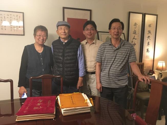 林孝庭主任(右二)接受赵恒惕女儿赵令娟(左一)及后人捐赠的珍贵历史文件。(赵恒惕后人提供)