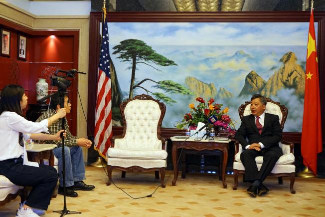 中國駐休士頓總領事李強民接受採訪。(記者賈忠/攝影)