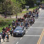 數百中美洲移民衝破墨國邊閘 挺進美國