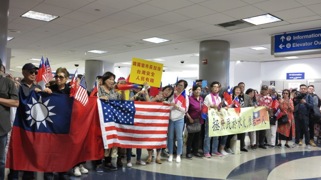 約500名洛杉磯僑胞在機場熱情迎接韓國瑜,高呼「韓國瑜選總統」。(記者王慧瑛/攝影)