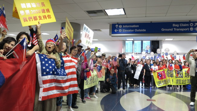 美西時間12日下午4時許,高雄市長韓國瑜從美東城市波士頓抵達西岸城市洛杉磯,約500名僑胞在機場熱情接機。(記者王慧瑛/攝影)