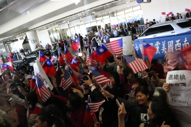 美西時間12日下午4時許,高雄市長韓國瑜從美東城市波士頓抵達西岸城市洛杉磯,僑胞在機場熱情接機,氣氛高昂。(記者王慧瑛/翻攝)