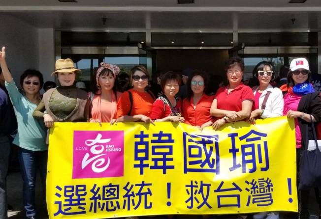 逾300多位熱情僑胞,拿著自製標語及中華民國國旗,喊著「選總統、救台灣」口號,迎接韓國瑜。(讀者提供)