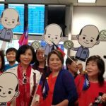 洛城僑胞機場熱情接韓國瑜擠到「褲子快掉了」