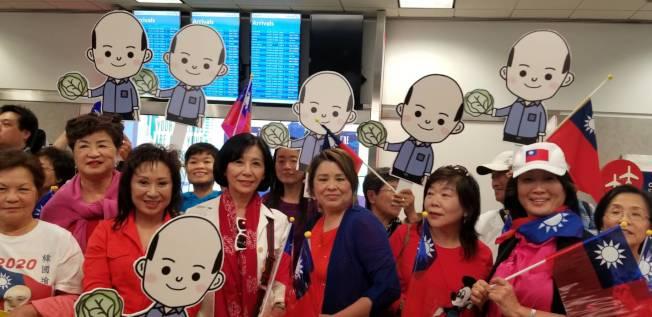 眾多韓粉拿著韓國瑜卡通版頭像接機。(讀者提供)