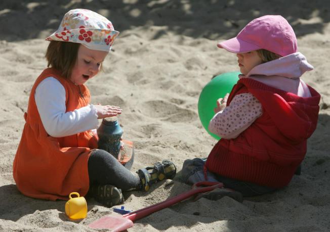 因誤吞玩具、硬幣、電池與其他物體而進急診室的兒童人數,增加將近一倍。(Getty Images)