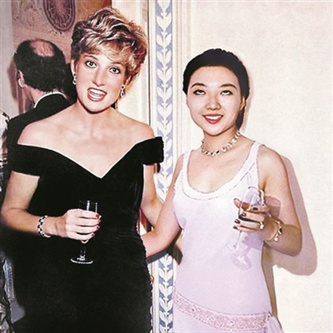 劉思麟在戴安娜王妃身邊翻白眼。(取材自北京青年報)