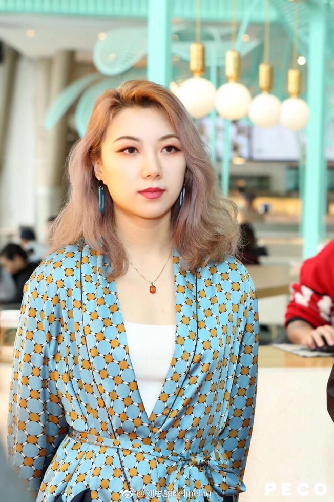 清華美女學霸劉思麟創作「與歷史名人合影」受到矚目。(取材自北京青年報)