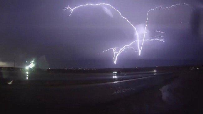 已有27年經驗的美國追風人羅賓森3月橫跨德州、奧克拉荷馬州與伊利諾州,就為了拍到罕見的「顛倒閃電」景象。畫面來源:Caters News/Dan Robinson/stormhighway.com