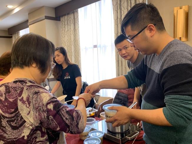 """""""法拉盛美食节""""14个摊位共准备逾千份食物招待民众。(记者赖蕙榆/摄影)"""