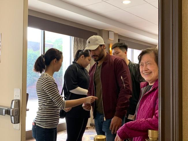 """民众当日需凭票进入""""法拉盛美食节""""场地。(记者赖蕙榆/摄影)"""