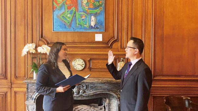 譚達仁就任租屋委員。(照片由市長辦公室提供)