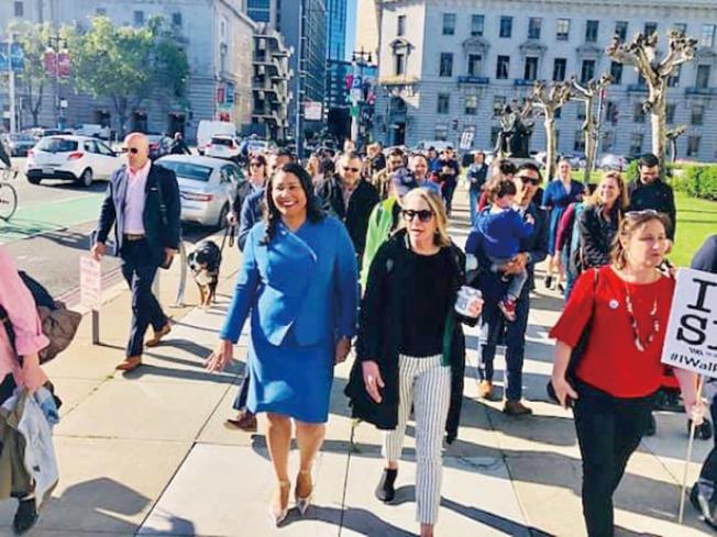 走路上班日 市長身體力行。(照片由市長辦公室提供)