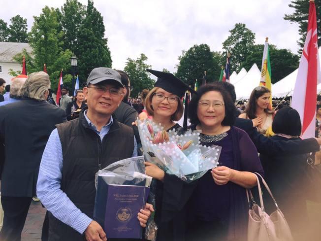 畢業典禮上,朱詠慈和父母。(朱詠慈提供)