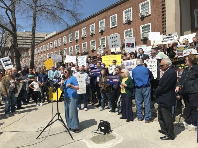 上百位民眾13日在皇后區公所反對在秋園擴建城區監獄的計畫。(記者牟蘭/攝影)