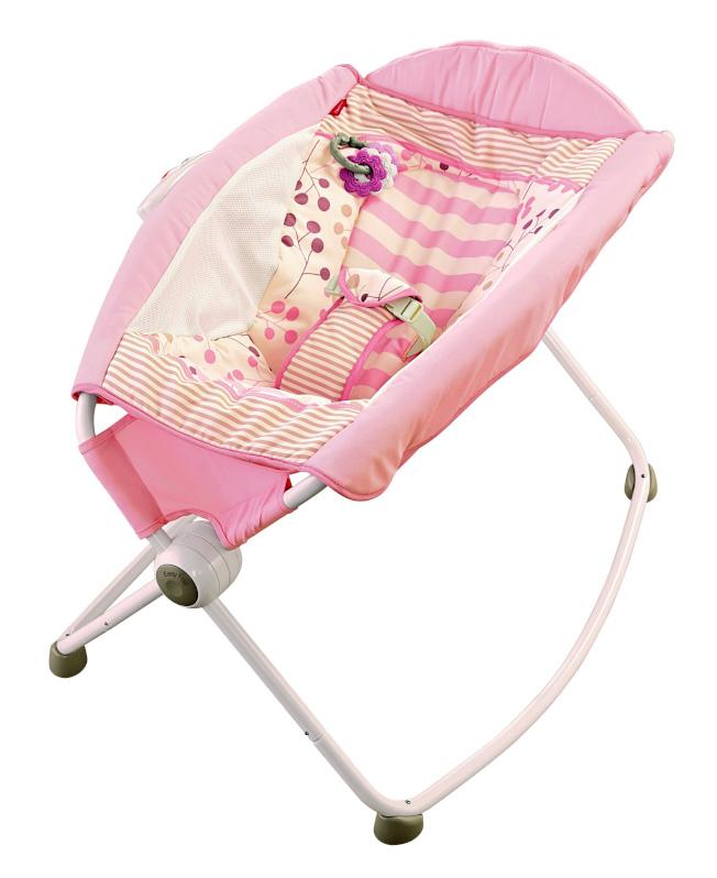 費雪公司生產的Rock n Play Sleeper嬰兒搖床因和嬰兒死亡有關聯,宣布召回。(美國消費品安全委員會)
