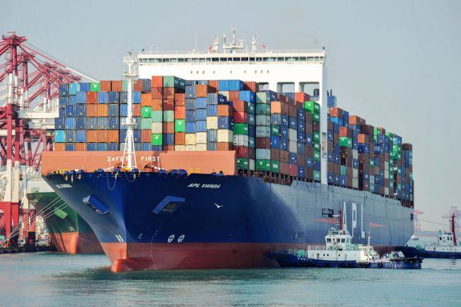 IMF表示,隨著中方承諾增加美國的進口,可能減少亞洲國家的進口量。圖為一艘美國貨輪準備泊靠山東青島港碼碩。(Getty Images)