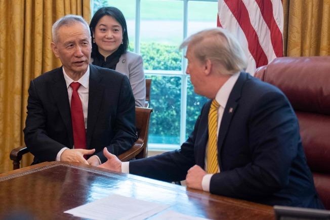美中貿易談判先前傳出已近達成協議。圖為中國國務院副總理劉鶴上月初訪問白宮,與美國總統川普準備握手。(Getty Images)