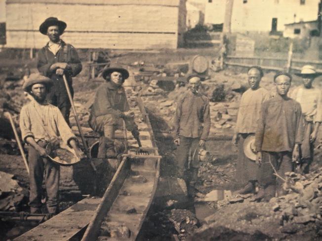 華人勞工參與修築鐵路的歷史圖片。(美國華人博物館提供)