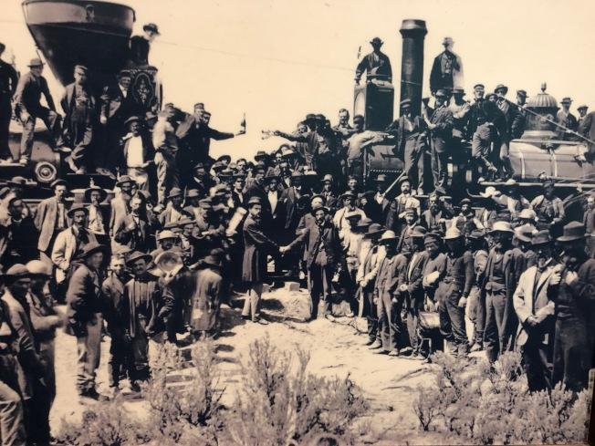 1869年5月10日鐵路在猶他州接軌,華人勞工被排在外。(美國華人博物館提供)