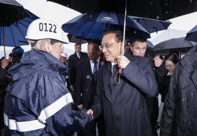 中國總理李克強11日在克羅埃西亞總理普連科維奇陪同下,來到克羅埃西亞南部的佩列沙茨半島,考察中國企業中標承建的佩列沙茨大橋項目。  (中新社)