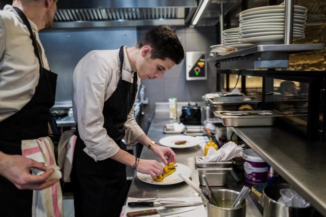 專業廚房的碗碟都放置在隨手可取的地方。(Getty Images)