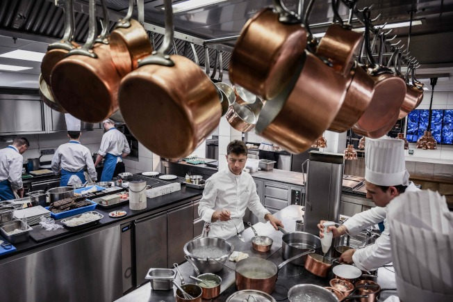 專業廚房連鍋子都掛在方便取用的地方。(Getty Images)