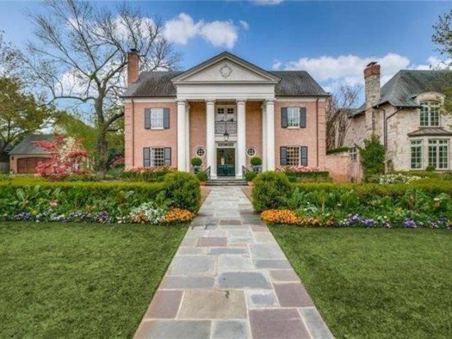 豪宅上市出售,華麗的住屋加上優美的庭園,讓人還以為是置身好萊塢電影的夢幻之中。(取自realtor.com)